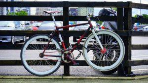 un vélo de course attaché avec cadenas