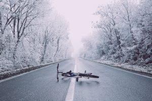 un vélo sur la route après un accident