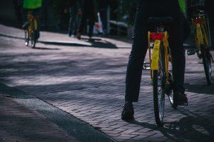 Un homme sur un vélo en ville