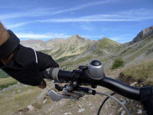 Cycliste à VTT sur un sentier de montagne