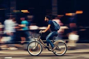 Homme roulant vite sur un vélo
